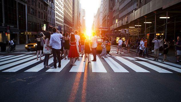 El Manhattanhenge, también conocido como el solsticio de Nueva York, es un fenómeno increíble que se produce tan sólo tres o cuatro tardes al año cuando al ponerse el sol, éste se convierte en una especie de bola de fuego y se alinea perfectamente con las calles que cortan la ciudad de este a oeste, iluminándolas poco a poco y creando un efecto similar al que se produce en el famoso monumento megalítico de Stonehenge, en Reino Unido. http://lonelyplanet.es/blog-manhattanhenge-2015-396.html