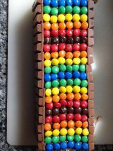 Ook makkelijk. Een kitkat taart om een cake! Ideaal met plakjes snijden!