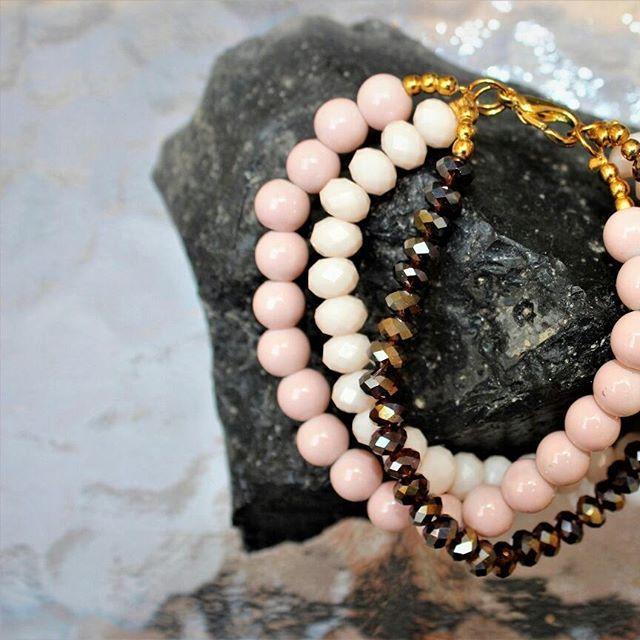 Pulsera triple. Cristal facetado y perlas de cristal. $129.00