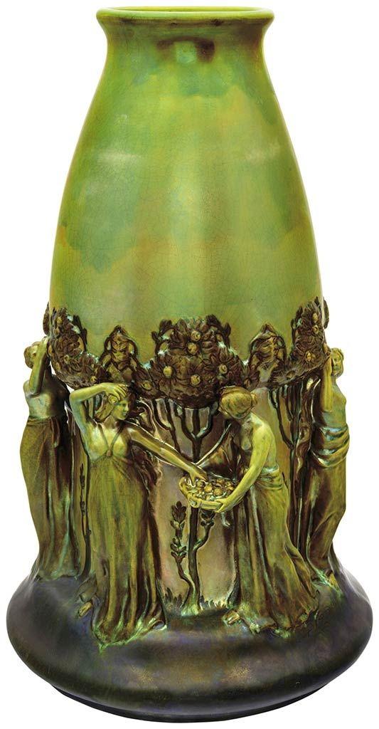 Zsolnay - Díszváza, gyümölcsszedő nőkkel, 1902