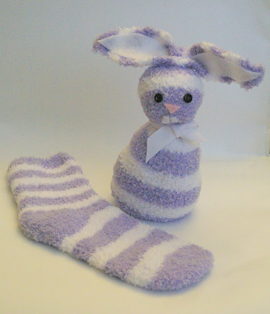 Easy no sew bunny. Made from a sock. Wanna try filling a large plastic egg with treats for the body... Cute lil gift