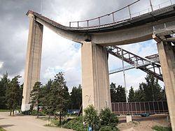 Hyppyrimäistä korkei rakennettiin ensin korvaamaan entistä puista suurmäkeä. Vuonna 1971 se sai vuoden betonirakenteen palkinnon ja valmistui lopulta vuonna 1972. Suurmmäen arkkitehdit olivat Sulo Järvinen, Erik Liljeblad ja Pertti Piirto. Mäen mäkiennätys on 135,5m ja sen ovat hypänneet  Andreas Widhölzl ja Eric Frenzel vuosina 2006 ja 2008.