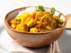 Was macht dieses Hähnchen-Curry so unvergleichlich gut? Genau, die Kokosmilch und exotischen Gewürze! Und so geht's Schritt für Schritt.