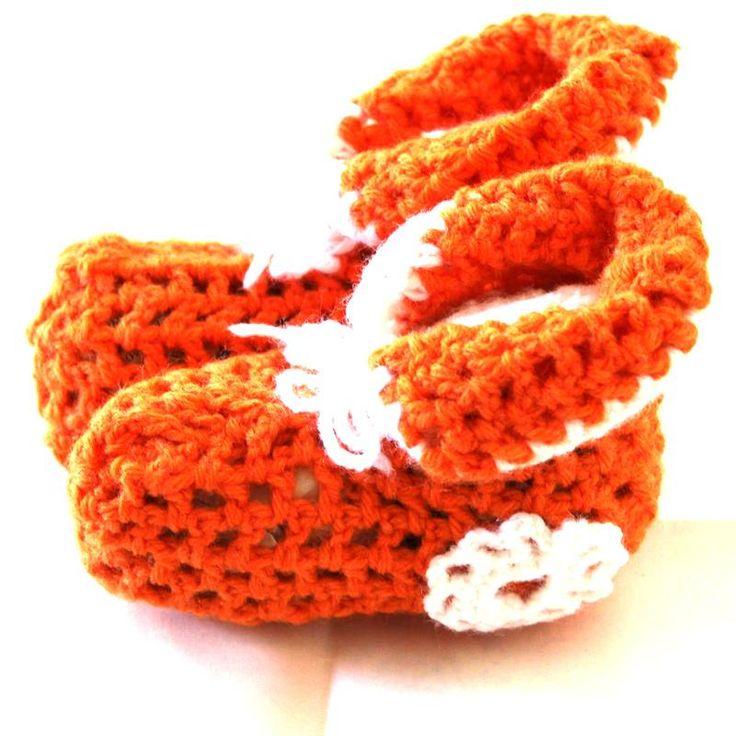 Meravigliose babbucce arancioni per neonati/e realizzate a mano all'uncinetto