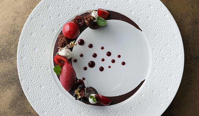 日本のフランス料理界を牽引してきた、パレスホテル東京の「クラウン」。昨年9月に開業50周年を迎えたことを記念し、3月12日(木)から3月14日(土)の3日間限定で特別メニューが提供される。