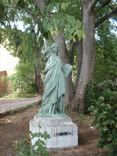 Cessenon-sur-Orb: Statue de la Libert� de Lugn� - France-Voyage.com