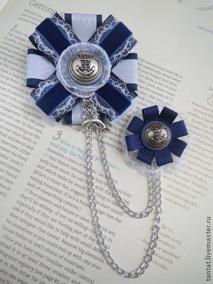 Брошь В морской круиз.. Авторская брошь в морском стиле.  Брошь-орден. Брошь из ткани.  Украшение ручной работы.  Синий,белый,голубой.  Можно носить на одежде как брошь,под воротником как галстук,на сумке и шляпе.  Цвет на фотографии соответствует реальному.