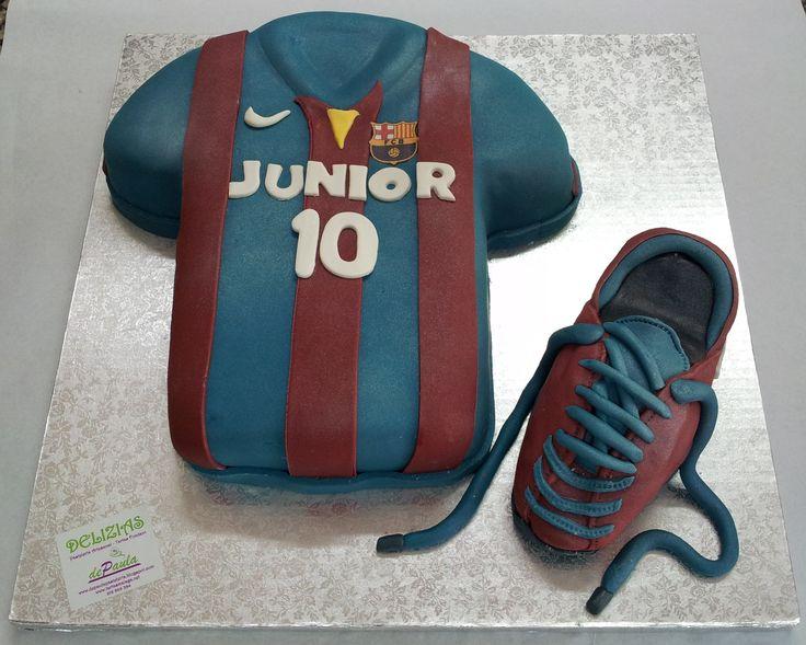 Camiseta y botín del Barça. Junior es fanático del futbol y no ha dudado en elegir la temática de su tarta de cumpleaños.  En el interior, bizcocho de vainilla relleno de nata y dulce de leche. ¡Llámanos al 616849394 y haremos que esa tarta sea su mejor regalo, tenemos el mejor precio de Málaga! www.depaulapasteleria.blogspot.com www.facebook.com/panaderiadeliziasdepaula www.tartasmalaga.net www.instagram.com/tartasmalaga