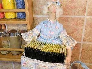 Представляю вашему вниманию мастер-класс по изготовлению чайной дамы в стиле тильда. Существует масса идей по практическому применению куколок-тильдочек – это и хранительница ватных дисков, и хранительница ватных палочек, и тильда-держатель для бумажного полотенца, а еще на просторах Ярмарки встретила очень интересный вариант – хранительница школьного расписания («Браво!» автору за та…