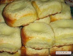 Пакетик сухих дрожжей, рассчитанный на кг муки  4-5 стаканов муки (стакан 250 мл.) - у меня ушло 700 грамм 250 мл молока  3 яйца  150 гр сахара  130 гр сливочного масла  щепотка соли    Для сметанной начинки. 450 гр сметаны - жирность 25%  4 ст. л. растопленного сливочного масла  2 ст. л. сахара  4 ст. л. муки  2 белка яиц    2 желтка яиц для смазки булочек.