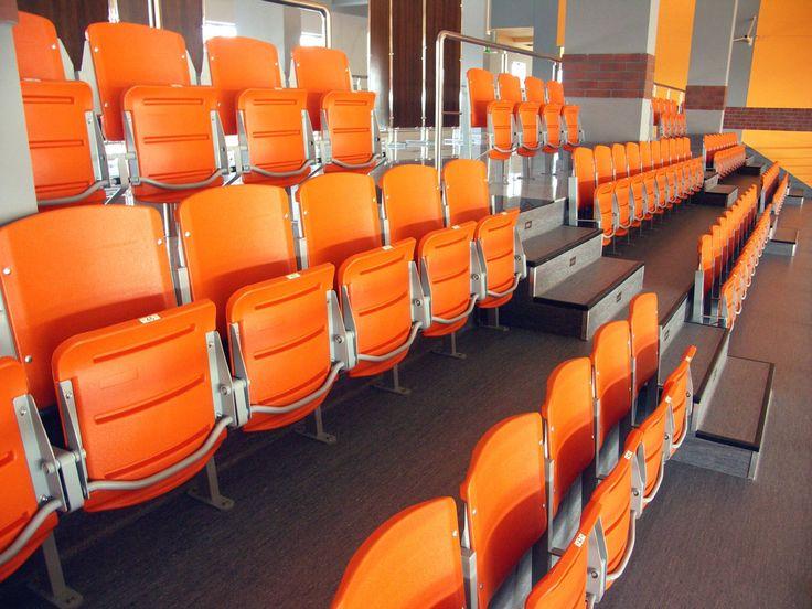 Jsme přímým dovozcem a dodáváme sedačky pro tribuny nejen do ČR. Rozměry všech nabízených sedaček odpovídají regulím FIFA a UEFA