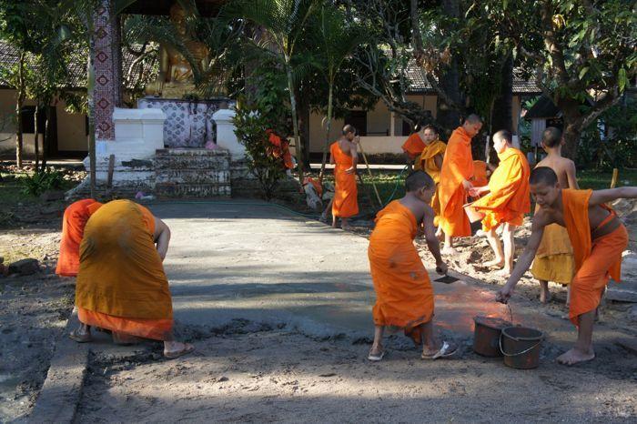 Young monks working hard @Luang Prabang-ルアンパバーンの街の様子 カフェレストラン