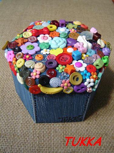 Caixinha com colagem de botões: Caixinha com colagem de botões