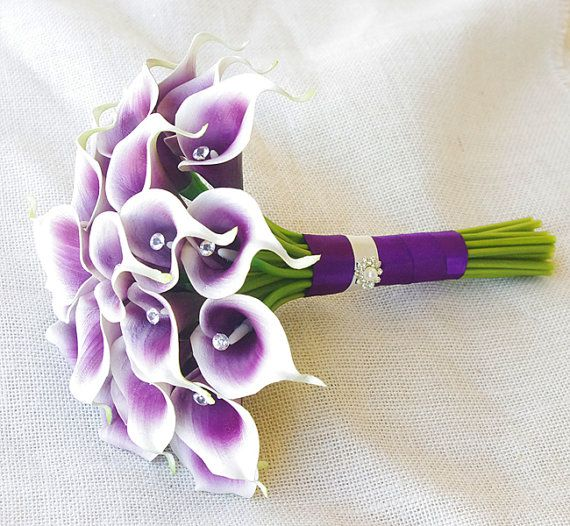 Seide Blumengesteck Hochzeit lila Herz Calla Lilien von Wedideas