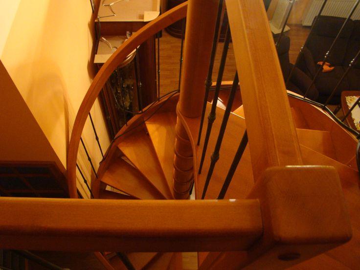 schody wrzecionowe z drewna bukowego www.stolarstwoszudera.pl