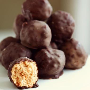 Σοκολατένιες μπαλίτσες με φυστικοβούτυρο - Συνταγές - Tlife.gr