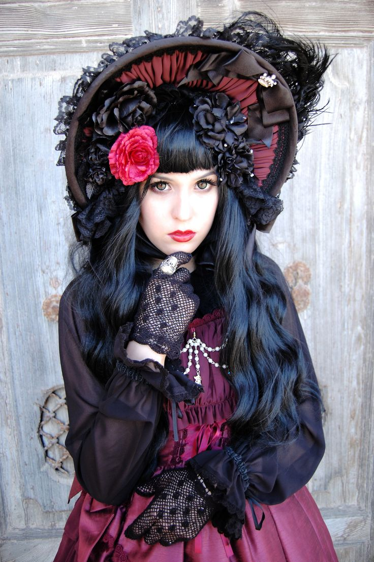 Gothic lolita coord.  I just had to pin this just because i liked the way it looked.  : )