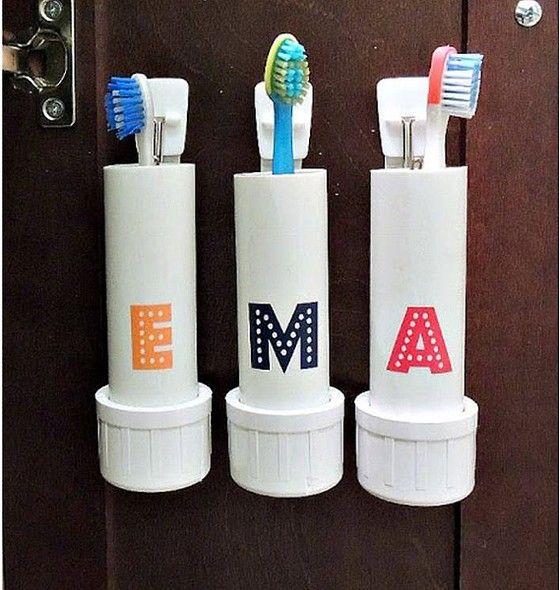 As escovas de dente da família também podem ganhar um espaço personalizado! Que tal colocar a inicial de cada pessoa em seu respectivo tubinho?