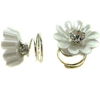 Curlies in de vorm van een witte bloem metin het middeneen strass steen. De bloem heeft een doorsnede van 1,5cm. Je draaitde curlies makkelijkinopgestoken haar. Mooiom in het haar te dragen tijdens een sjieke party of met een bruiloft.