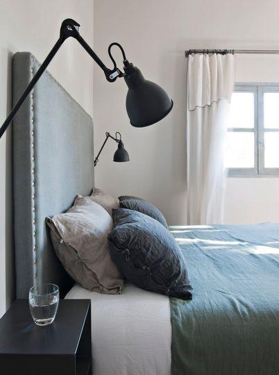 Chambre moderne avec tête de lit XXL. Plus de photos sur Côté Maison http://petitlien.fr/7nrv
