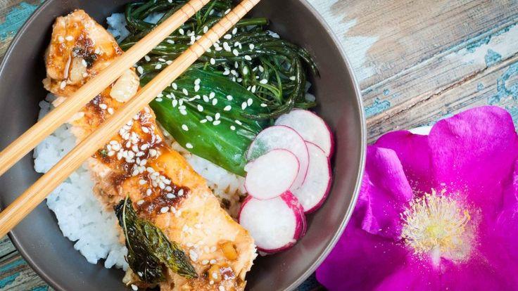 Tataki di salmone alla griglia con salsa teriyaki e riso al vapore, ricetta