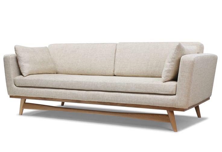 Canapé 3 places profond avec une structure et un piétement en chêne massif. Mousse haute densité revêtue de tissu chiné, de tissu laine, de tissu de coton, velour, bi-color. Livré avec 2 petits coussins assortis. Déclinable en 6 tissus différents. Coussin d'assise et coussin(s) du dossier entièrement déhoussable.La ligne de sièges Fifties comprend un grand canapé 210 cm, un petit canapé 120 cm et un fauteuil.