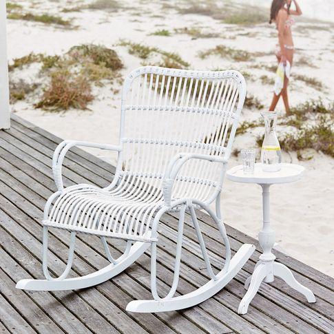 Outdoor-Schaukelstuhl mit Kunststoffgeflecht in weiß bei IMPRESSIONEN