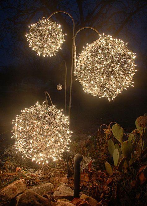 Weihnachtsdeko Ideen mit Lichterketten-leuchtende Kugeln für den Garten basteln