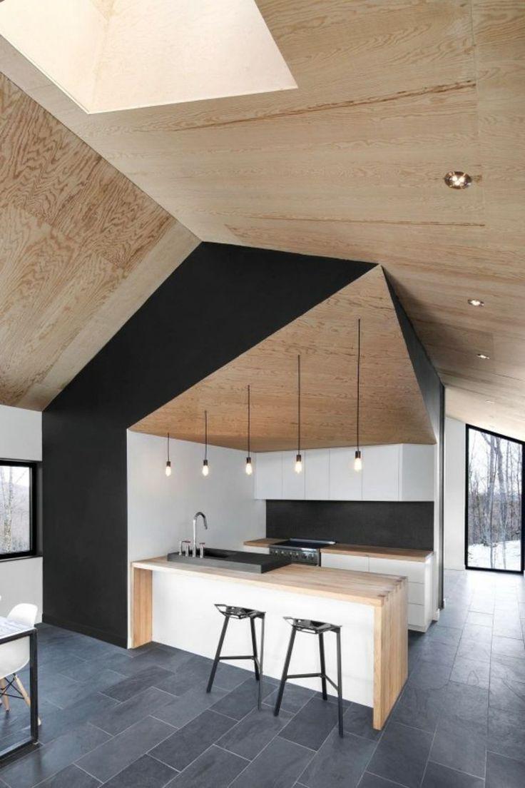 Compo idéale : meubles blancs, plans de travail chêne, mur noir, luminaire suspendu industriel