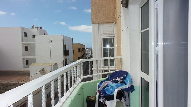 Vistas del balcón a la calle principal en el centro de Corralejo, Fuerteventura, Canarias