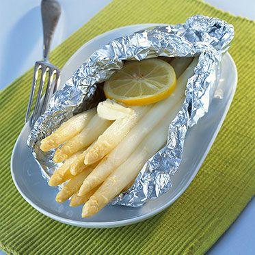 Spargelpäckchen Zutaten f. 4 Port.: 2 kg weißer Spargel, Salz, Zucker, 4 EL Butter Schritt 1: Backofen auf 200° vorheizen. Den Spargel waschen, die Stangen von oben nach unten schälen und die holzigen Enden abschneiden. Schritt 2: 4 große Stücke Alufolie doppelt falten und den Spargel darauf legen. Mit Salz und Zucker würzen und die Butter darauf verteilen. Die Folie fest zu Päckchen verschließen und den Spargel (Mitte, Umluft 180°) 40-50 Min. backen.
