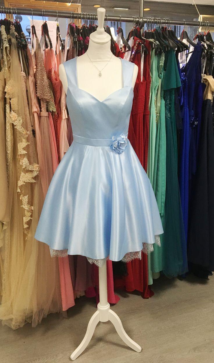 Robe de cocktail courte bleu pastel rétro, romantique, dos décolletée, dentelle, jupon, fleur amovible
