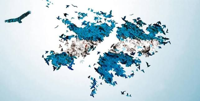 """Tras su manto de neblinas, no las hemos de olvidar. """"¡Las Malvinas, Argentinas!"""", clama el viento y ruge el mar."""