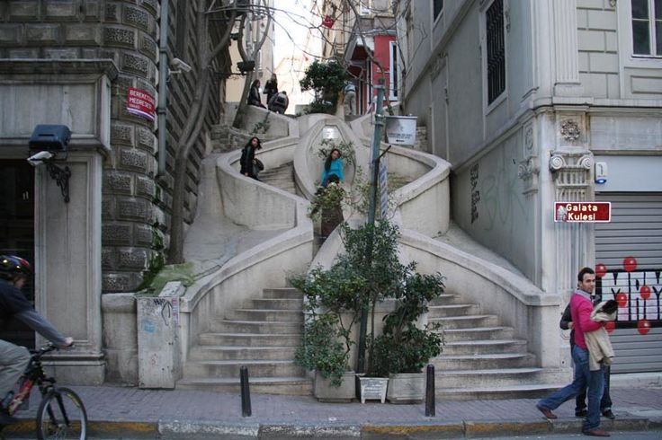 In the Galata district of Istanbul, via Banks Avenue, a strange staircase connects this way street to the one located just above. This is the staircase Camondo, the name of a Sephardic Jewish family originally from Constantinople.