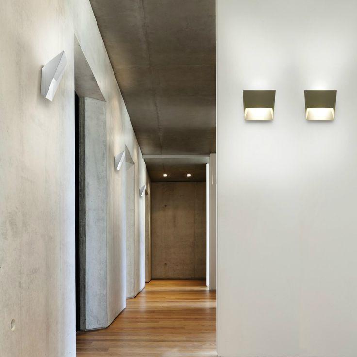 L'efficiente luce Led di LumenCenter Mail è in grado di illuminare ogni spazio donando anche un effetto ottico particolare.