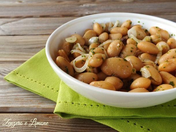 Pochissimo sforzo per preparare questa semplicissima insalata di fagioli bianchi di Spagna. Un contorno appetitoso e facilissimo da realizzare.