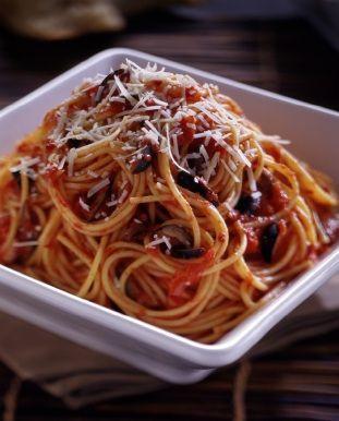 Fácil y deliciosa receta de Spaghetti a la Puttanesca que va preparado en una salsa de tomate picosa con alcaparras, aceitunas, orégano, y perejil.
