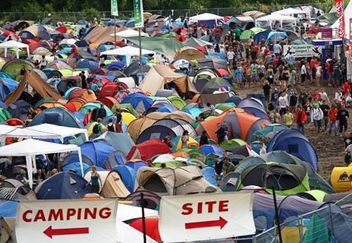 Rock Werchter verbiedt deze zomer partytenten op de camping, omdat deze te veel plaats zouden innemen en vaak worden achtergerlaten. Wat denk jij? Terecht of niet? Op andere campings mag het wel. http://www.festivalking.com