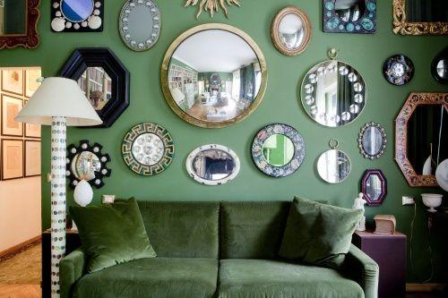 Uno scorcio del soggiorno: sulla parete, la collezione di specchi di Piero Fornasetti