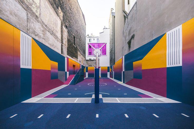Paris ganhou uma quadra de basquete super diferentona desenvolvida pelo estúdio Pigalle, patrocinada pela Nike. O novo design subistitui o anterior, com as cores primárias – vermelho, amarelo…