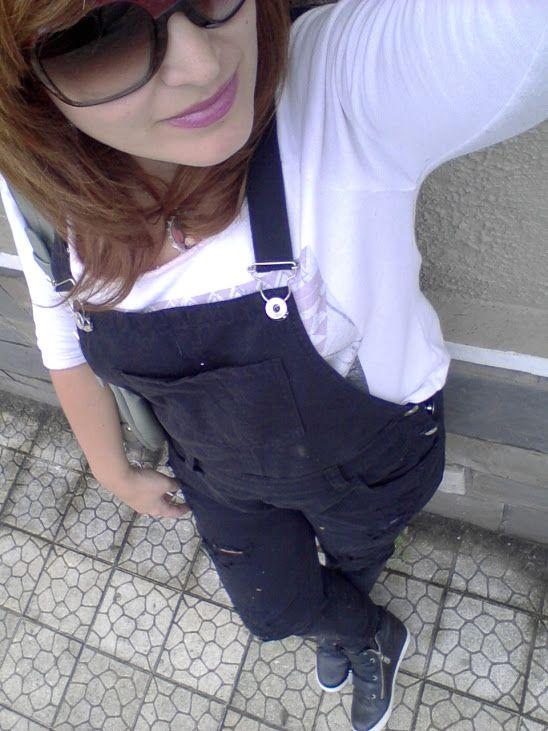 look jardineira, macação Colcci, moletom, sneakers Ellus, óculos Cavalera