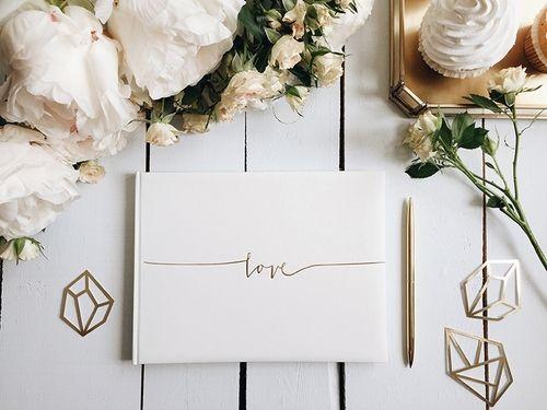 Dit prachtige gastenboek past bij iedere bruiloft! Het boek is wit en op de voorkant staat in sierlijke gouden letters 'love' gedrukt. Laat jullie gasten iets liefs schrijven in het boe…