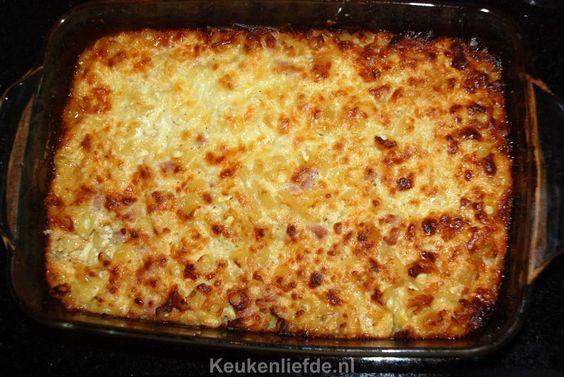 Deze romige macaroni ovenschotel met ham en kaas is perfect om te maken wanneer je niet lang in de keuken wilt staan, maar toch heel lekker wilt eten.