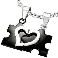 Přívěsky ve tvaru puzzle po přiložení k sobě vytvoří motiv srdíčka!