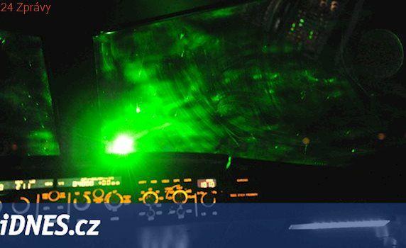 Laser ohrozil dvě letadla přistávající na Ruzyni. Případ vyšetřuje policie