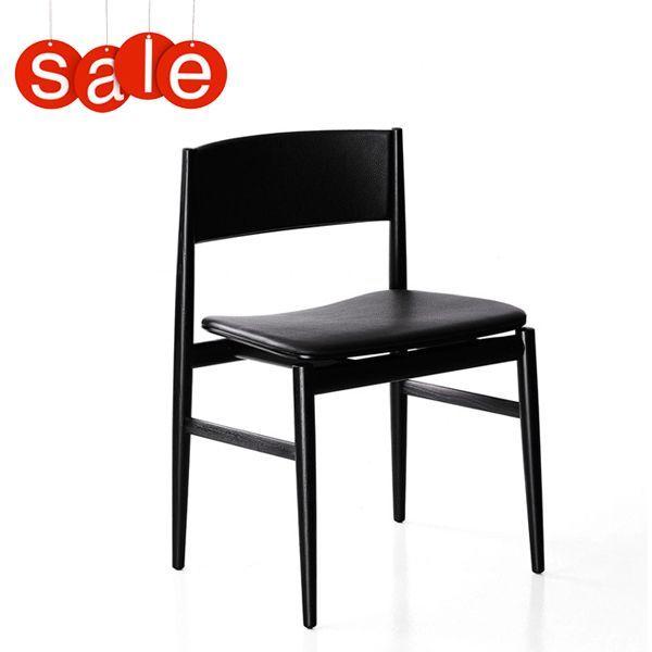 La sedia Neve è disegnata da Piero Lissoni per Porro con struttura in legno massello nella finitura frassino tinto nero che ne accentua l