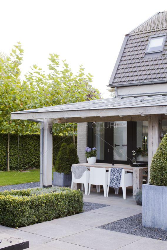 box armchair met super mooie veranda en teak houten tuintafel