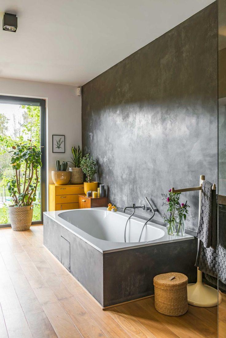 Teakhout op de vloer en beton ciré op de muur! | vtwonen 07-2017 | Styling & Fotografie Jonah Samyn