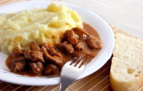 Фото к рецепту: Гуляш с подливкой и картофельным пюре как в садике