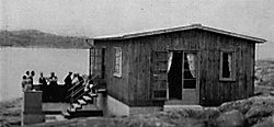 KnarrholmenKnarrholmen1 es una isla de la provincia histórica de Bohuslän, situada en arcuipiélago del Sur de Gotemburgo, en aguas del estrecho del Kattegat.    Esta pequeña isla es propiedad del Sindicato de Metalúrgia de Gotemburgo - Industrifacket Metall - Göteborg, y del Sindicato de los trabajadores del Comrrcio - Sección 36 - Handelsanställdas Förbund - avdelning 36.    Pertenece al Municipio de Gotemburgo.